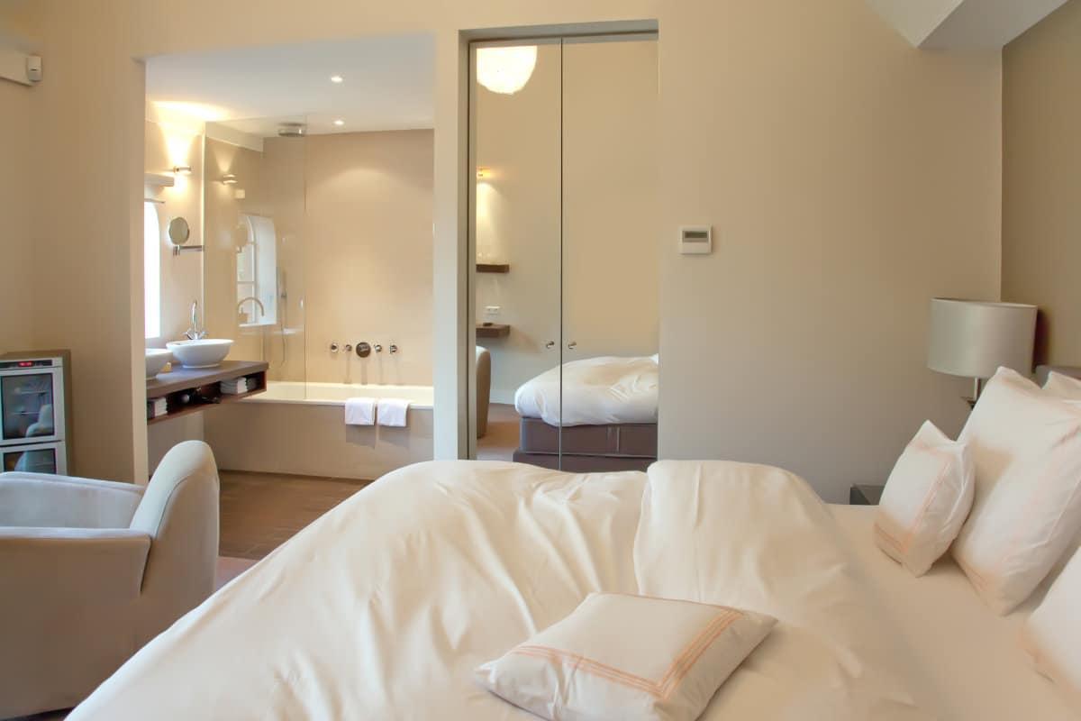Spanplafond in badkamer met aanpalende slaapkamer