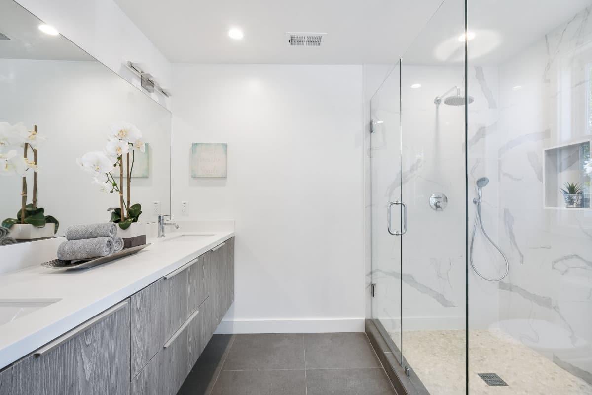 Strakke, moderne badkamer met spanplafond